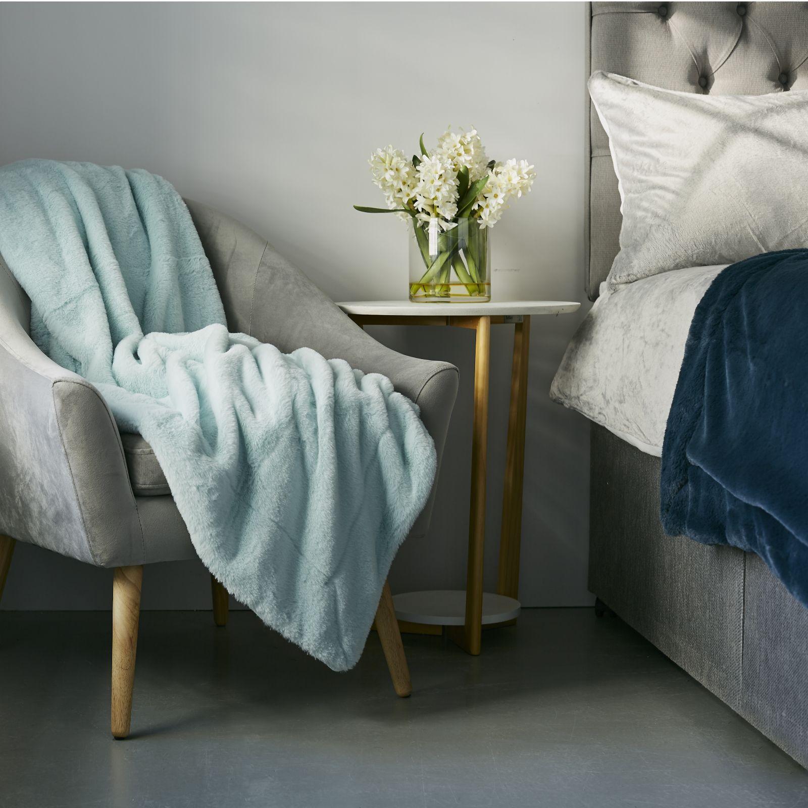 new Light Teal Cozee Home Reversible Luxury Faux Fur /& Velvet Plush Throw